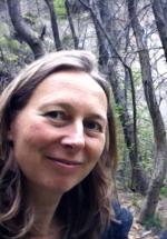 Profile beeld van Simone van den Heuvel, geneeskundige therapeut, voor een bos