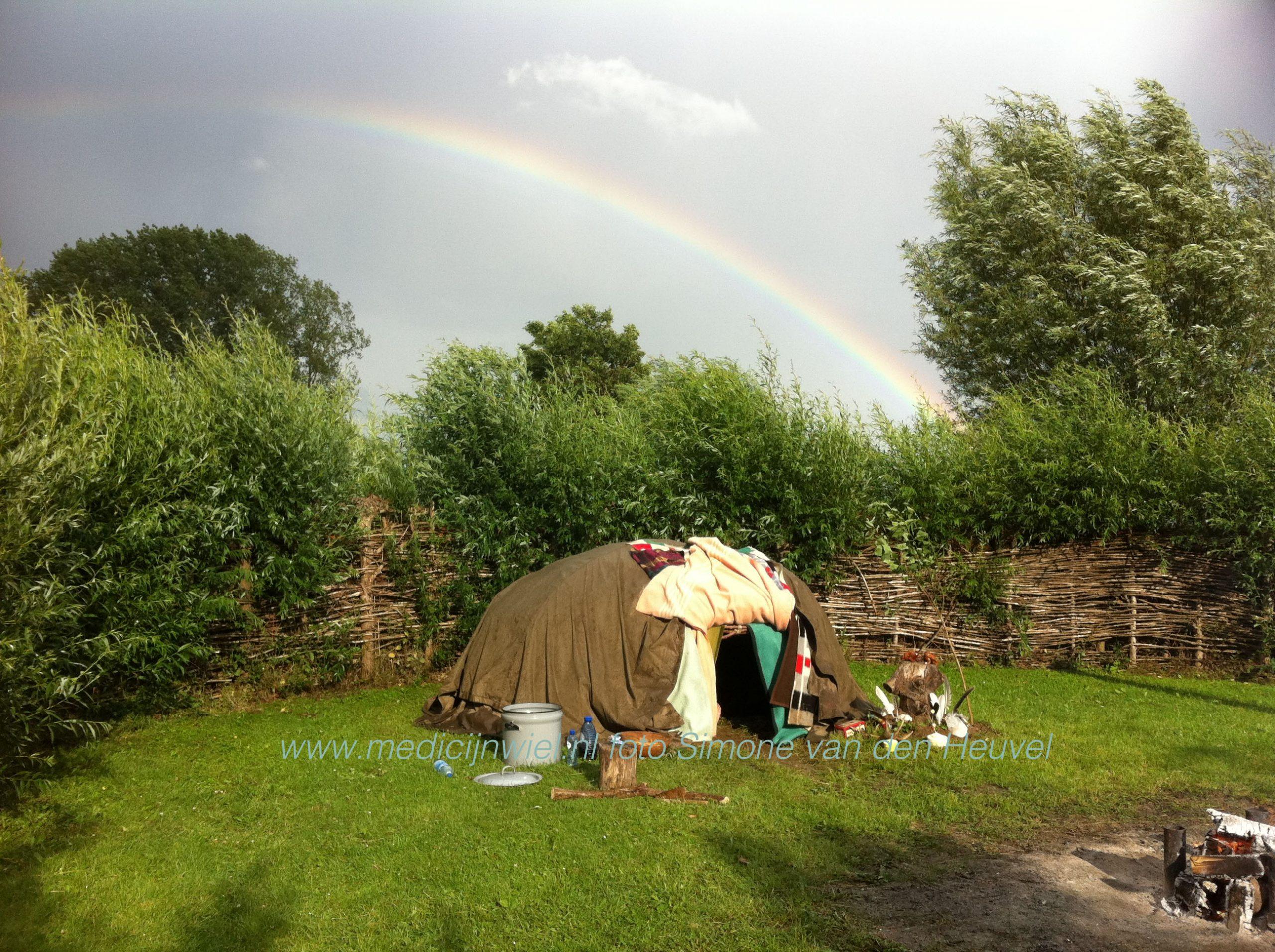 Zweethut met regenboog in de lucht van Simone van den Heuvel, geneeskundige therapeut
